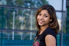 Sonrisa bonita de la muchacha del adolescente Foto de archivo