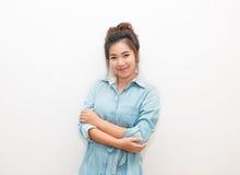 Sonrisa bonita de una mujer de Asia y brazo cruzado Fotos de archivo