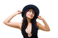 Sonrisa cómoda joven de la mujer y sombrero grande del asimiento Fotos de archivo