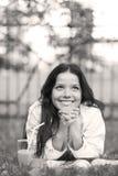 Sonrisa cómoda, mujer en el parque Imagenes de archivo