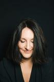 Sonrisa cabelluda oscura linda de la mujer Foto de archivo libre de regalías