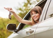 Sonrisa caucásica de la mujer del conductor de coche Imagen de archivo