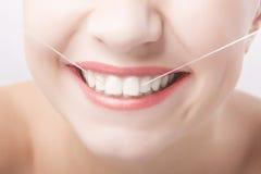 Sonrisa caucásica hermosa de la mujer. Concepto del cuidado dental Fotografía de archivo libre de regalías