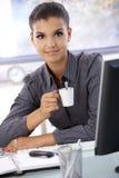 Sonrisa de consumición del café de la empresaria hermosa Fotografía de archivo libre de regalías
