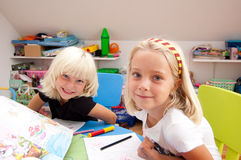 Sonrisa de dos muchachas fotografía de archivo libre de regalías