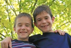 Sonrisa de dos muchachos Foto de archivo libre de regalías