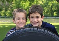 Sonrisa de dos muchachos Imágenes de archivo libres de regalías