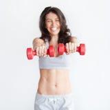 Sonrisa de elevación de las pesas de gimnasia de la mujer feliz de la aptitud alegre Fotos de archivo