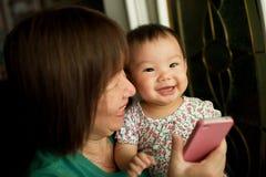 Sonrisa de la abuela y del niño Imagen de archivo