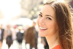 Sonrisa de la cara de la mujer con los dientes perfectos que le miran Foto de archivo