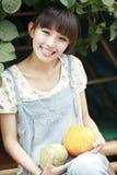 Sonrisa de la chica joven al aire libre fotografía de archivo