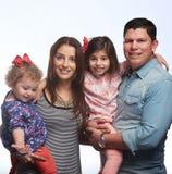 Sonrisa de la familia de cuatro miembros fotografía de archivo libre de regalías