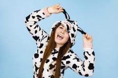 Sonrisa de la historieta de los pijamas de la mujer que lleva Fotos de archivo