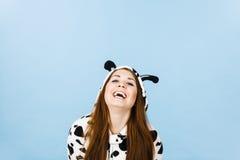 Sonrisa de la historieta de los pijamas de la mujer que lleva Imágenes de archivo libres de regalías