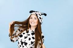 Sonrisa de la historieta de los pijamas de la mujer que lleva Fotografía de archivo libre de regalías