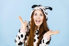 Sonrisa de la historieta de los pijamas de la mujer que lleva Fotos de archivo libres de regalías