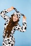 Sonrisa de la historieta de los pijamas de la mujer que lleva Fotografía de archivo