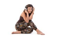 Sonrisa de la música de la mujer que escucha joven Imagen de archivo libre de regalías