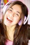 Sonrisa de la música del canto hispánico feliz lindo de la muchacha que escucha Foto de archivo libre de regalías