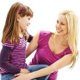 Sonrisa de la madre y de la hija en uno a cariñosamente imagenes de archivo