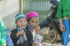 Sonrisa de la madre y del hijo de la minoría étnica Fotos de archivo libres de regalías