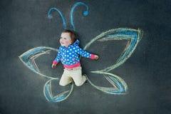 Sonrisa de la mariposa de la niña Fotografía de archivo libre de regalías
