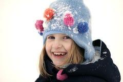 Sonrisa de la muchacha en nieve foto de archivo