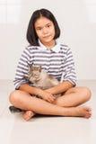 Sonrisa de la muchacha y feliz lindos con el gato Fotos de archivo libres de regalías