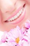 Sonrisa de la mujer con las flores Foto de archivo libre de regalías