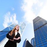 Sonrisa de la mujer de negocios con el edificio de oficinas Imágenes de archivo libres de regalías