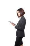 Sonrisa de la mujer de negocios usando la PC de la tablilla Imágenes de archivo libres de regalías