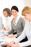Sonrisa de la mujer joven del trabajo en equipo de la reunión de negocios imagen de archivo