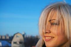 Sonrisa de la mujer joven en una azotea de un rascacielos imagenes de archivo