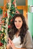 Sonrisa de la Navidad de la muchacha que espera impaciente para Imagen de archivo libre de regalías