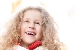 Sonrisa de la niña. Foto de archivo