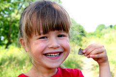 Sonrisa de la niña en la cámara Retrato de feliz, positivo, SM Imagen de archivo libre de regalías