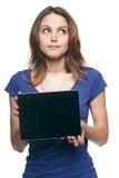 Sonrisa de la pantalla de la tableta de la demostración de la mujer Imagen de archivo libre de regalías