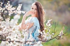 Sonrisa de la primavera Mujer joven sonriente hermosa feliz en parque del flor Fotografía de archivo libre de regalías