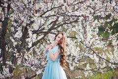 Sonrisa de la primavera Mujer joven sonriente hermosa feliz en parque del flor Foto de archivo