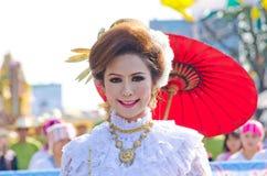 Sonrisa de la señora en el festival 36.o de la flor de Chiangmai. Fotos de archivo