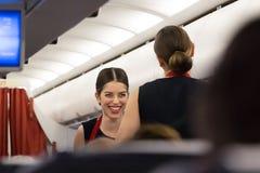 Sonrisa de Serving del asistente de vuelo Fotografía de archivo