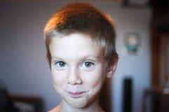 Sonrisa de un niño fotos de archivo