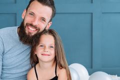 Sonrisa del abrazo de la relación del enlace de familia de la muchacha del papá del amor imagen de archivo libre de regalías