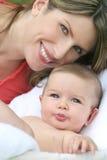Sonrisa del bebé de la madre y del niño Foto de archivo