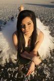 Sonrisa del hielo del vestido formal de la mujer puesta descalzo Foto de archivo libre de regalías