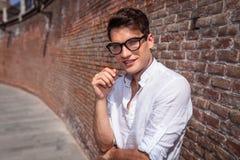 Sonrisa del hombre de la moda de los jóvenes de Haapy Fotografía de archivo libre de regalías