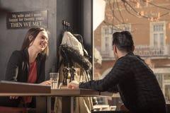 Sonrisa del hombre de la mujer joven, mirando la ventana ausente de lado Imágenes de archivo libres de regalías
