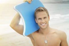 Sonrisa del hombre de la persona que practica surf Imágenes de archivo libres de regalías