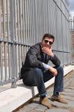 Sonrisa del hombre joven de la moda  Imágenes de archivo libres de regalías