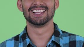 Sonrisa del hombre persa barbudo joven feliz del inconformista almacen de video